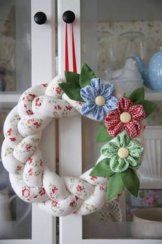 Looking for beautiful Christmas wreaths? Here, we have a good collection of some of the most beautiful Christmas wreaths ideas. Wreath Crafts, Diy Wreath, Burlap Wreath, Christmas Wreaths, Christmas Crafts, Christmas Decorations, Hobbies And Crafts, Diy And Crafts, Fabric Wreath