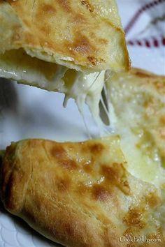 Ένα επίπεδο ψωμάκι με απίθανη τραγανή, ροδοκόκκινη ζύμη αναπαύεται στον πάγκο της κουζίνας μου. Στην επιφάνειά του, οι φουσκάλες από το φρέσκο βούτυρο που Gf Recipes, Pastry Recipes, Greek Recipes, Kitchen Recipes, Food Network Recipes, Food Processor Recipes, Cooking Recipes, Greek Cooking, Easy Cooking