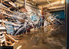 """El artista Aaron Li-Hill crea estas imágenes dinámicas logrando """"difuminar"""" las líneas entre la #escultura, #graffiti, #ilustración, #diseñográfico, #pintura y dibujo. Los resultados son obras llenas de una animación que emanan energía.  El artista utiliza un enfoque energético para producir las obras abstractas, que representan los movimientos de esgrimistas en borrosa salpica de acrílico, aerosol, y pinturas de aceite, o tinta china sobre papel con textura."""