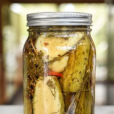 Killer Spicy Garlic Dill Pickles - A healthy dose of fresh, peeled garlic cloves, a homemade pickling spice recipe and hot peppers give these dill pickles a seriously delicious kick. Chutneys, Garlic Dill Pickles, Pickled Garlic, Kosher Pickles, Dill Weed, Comida Boricua, Homemade Pickles, Pickles Recipe, Canning Pickles