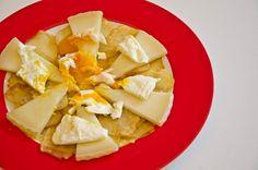 Queso curado leche cruda de Las Terceras con huevos rotos  #Quesos #LasTerceras #quesocurado #lechecruda #emplatado - #huevo #patatas fritas / #hardcuredcheese #rawmilk #cheese #plates #eggs #fries