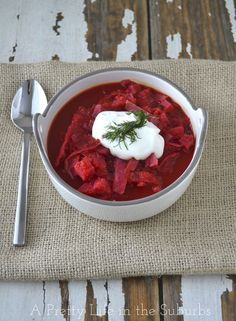 Make this Easy Slow Cooker / Crockpot Borscht for dinner tonight! This soup is loaded with healthy vegetables. Serve with sour cream and fresh dill. New Recipes, Soup Recipes, Favorite Recipes, Healthy Recipes, Dinner Recipes, Dinner Ideas, Borscht Recipe, Borscht Soup, Slow Cooker Recipes