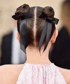 Accessories diademas Hailey Bieber Just Rocked One of Hollywood's Biggest Hair Trends Celebrities Love This Throwback Hair Bow Ribbon Trend Side Swept Hairstyles, Retro Hairstyles, Trending Hairstyles, Celebrity Hairstyles, Down Hairstyles, Easy Hairstyles, Scene Hairstyles, Medium Hairstyles, Short Hair Styles Easy