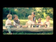 Esta semana minha irmã me mostrou no YouTube um vídeo lindo sobre a Páscoa encenado por criançãs. Sophia e eu gostamos tanto que gostaríamos de dividí-lo com vocês, aproveitando para também desejarmos a todas(os) que carinhosamente nos acompanham, uma Páscoa muito feliz, cheia de reflexão e de esperança em uma vida nova, com mais significado …