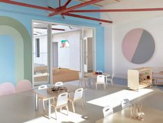 Escola na Austrália tem estética minimalista marcada por cores pastel e elementos lúdicos (Foto: Sean Fennessey)