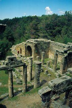 Seleukeia antik kenti/Manavgat/Antalya/// Eski yayınlarda yanlışlıkla Seleukeia adıyla tanıtılan bu şehrin gerçek ismi büyük ihtimalle Lyrbe'dir. Helenistik çağda (MÖ. 3.yy'da) kurulan Seleukeia ise bir liman şehriydi ve muhtemelen Side'nin batısında kıyıda yer almaktaydı. Lyrbe'de ise ele geçen en eski buluntular daha önceye, Klasik Çağa aittir. Lyrbe'de bulunan Side dilinde yazıtlar, bu yerleşimin antik çağda Side kentiyle aynı halk tarafından iskan edildiğine işaret eder.