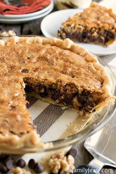 Toll House Chocolate Chip Pie - All of the classic flavors of Toll House Chocolate Chip Cookies in a warm, dense, fudgy cookie pie! One of my very favorite desserts. Köstliche Desserts, Delicious Desserts, Dessert Recipes, Yummy Food, Pie Recipes, Cream Recipes, Cooking Recipes, Healthy Recipes, Chocolate Chip Cookies