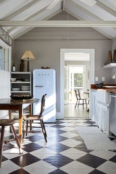 Farmhouse kitchen diy - Steal This Look An Antique Dealer's DIY Kitchen, Painted Checkerboard Floor Included – Farmhouse kitchen diy Diy Kitchen Paint, Farmhouse Kitchen Diy, Fresh Farmhouse, Farmhouse Furniture, Farmhouse Style, Kitchen Decor, Country Furniture, Rustic Kitchen, Wood Furniture