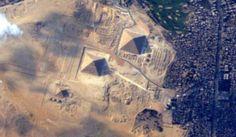 Una última e increíble fotografía de las Pirámides de Egipto desde el espacio.  La fotografía fue tomada desde la Estación Espacial Internacional por Terry Virts en su último día a bordo, a unos 420 km de altura.