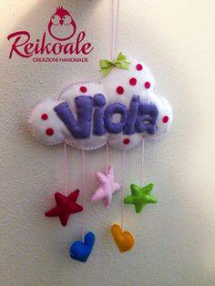 Il nome in una nuvola per Viola, con stelline e cuoricini colorati pendenti.