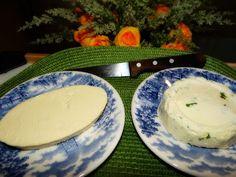 Receitas da Sol Tarcitano: Queijo Fresco Temperado -  Ingredientes: 2 litros de leite (de saquinho) Coloque pra ferver e depois junte 1 1/2 xícara de café de vinagre...espere de 5 a 10 minutos.Escorra em uma peneira bem fininha(aperte pra sair todo sôro)... Coloque no liquidificador com uma colher de sopa de manteiga e sal à gosto (RECEITA ORIGINAL,SEM TEMPERINHO)  Depois de bem batidinho,coloque cheiro verde picadinho e um pouquinho de pimenta calabresa.