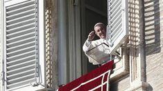 El Papa Francisco saluda a los peregrinos tras el rezo del Ángelus desde el Palacio Apostólico El Papa invita a perdonar para hacer «más limpio el mundo» Durante el rezo del Ángelus, Francisco recuerda que el primer mártir, Esteban, «perdonó como Jesús, antes de morir»