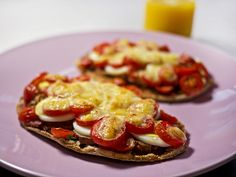 Pitta Bread Pizza - Free On All - Slinky Slimmers - Slimming World Recipes Slimming World Snacks, Slimming Eats, Slimming World Recipes, Slimming Word, Veggie Recipes Healthy, Healthy Dishes, Healthy Treats, Bread Pizza, Pita Bread