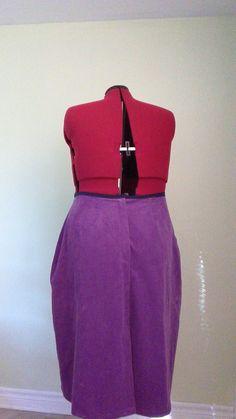 Cours de Couture Québec, Bonjour,  Une jupe sur mesure, selon photos vue d'en arrière. Comme vous le savez les mesures sont toujours Selon le corps physique de la personne.  Au Plaisir