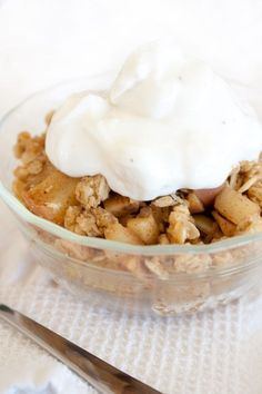 Not gonna lie here, this healthy homemade apple crumbles pie is pretty much the same like my apple crumble mini pies from a few years ago, but it looks like their parent. Healthy Apple Crumble, Apple Crumble Pie, Apple Filling, Healthy Desserts, Dessert Recipes, Healthy Ice Cream, Sweet Tooth, Vegan Recipes, Yummy Food