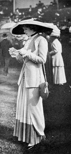 Fashion at the races, Les Modes, July Photo by Édition - belle epoque street style Edwardian Dress, Edwardian Era, Edwardian Fashion, 1900s Fashion, Belle Epoque, Historical Costume, Historical Clothing, Retro Fashion, Vintage Fashion