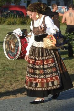 Olhar Viana do Castelo: Traje à Vianesa Portuguese Culture, Folk Clothing, Over The Top, Folk Costume, Traditional Dresses, The Past, Cosplay, History, Azores