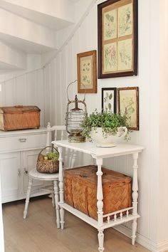 Shabby chic, vintage. Brown and white