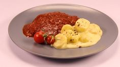 Carbonade di manzo con patate in salsa cremosa - RSI Radiotelevisione svizzera Salsa, Eggs, Breakfast, Food, Morning Coffee, Essen, Egg, Salsa Music, Meals