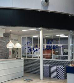 Ristorante e pizzeria Farinella, all'interno dell'Avancorpo del Terminal 3, area Imbarchi E, Aeroporto Internazionale Leonardo da Vinci di Fiumicino, Roma.