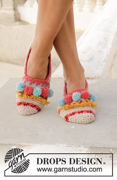 Let's Party - Crocheted slippers with multi-coloured pattern, fringes and pompoms. Size 35 to 43 Piece is crocheted in DROPS Nepal. - Free pattern by DROPS Design Crochet Slipper Pattern, Crochet Bunny, Crochet Slippers, Free Crochet, Knit Crochet, Crochet Basics, Crochet For Beginners, Knitting Patterns Free, Crochet Patterns