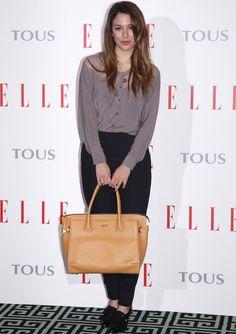 Blanca Suárez Con pantalón de Zara y camisa de H, unos preciosos botines de Hazel, bolso beis de Tous y pulsera de Zadig