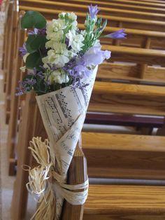 Kirchendekoration, Gangdekoration, Bankdekoration, Blumen in Spitztüten, Notenpapier