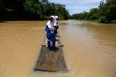 25 Of The Most Dangerous And Unusual Journeys To School In The World.Students crosing Ciherang River on a makeshift bamboo raft in Cilangkap Village, Indonesia Schools Around The World, Kids Around The World, Places Around The World, Around The Worlds, Philippines, Dangerous Roads, Voyager Loin, Walk To School, Educational News