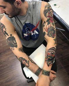 ✔ Tattoo Old School Men Boys Tattoos 3d, Tattoos Arm Mann, Head Tattoos, Arm Tattoos For Guys, Body Art Tattoos, Sleeve Tattoos, Traditional Tattoo Love, Traditional Tattoo Sleeves, American Traditional Tattoos