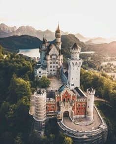 Tag 🌿🌺📷 Location 🏰 Pic chosen by Admin 😎 Beautiful Castles, Beautiful Buildings, Beautiful Places, Oh The Places You'll Go, Places To Travel, Places To Visit, Mansion Homes, Parks, Neuschwanstein Castle