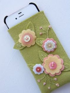 ✄ A Fondness for Felt ✄ DIY craft inspiration: Felt flowers iPhone sleeve Felt Embroidery, Felt Applique, Fabric Crafts, Sewing Crafts, Sewing Projects, Felt Projects, Felt Flowers, Fabric Flowers, Button Flowers