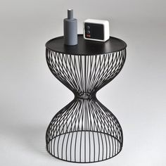 Janik Copacabana style wire cage bedside table Size of Janik wire cage bedside table: Diameter: 35 cm Height: 50 cm.