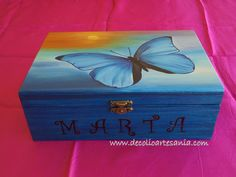Caja joyero de madera, pintada a mano y personalizada. cajasdemadera, joyerodemadera, detallespersonalizados, madera, decolioartesania, mariposas Wooden Box Designs, Cigar Box Crafts, Painted Wooden Boxes, Ceramic Boxes, Decoupage Art, Colorful Furniture, Gift Store, Painting On Wood, Diy And Crafts