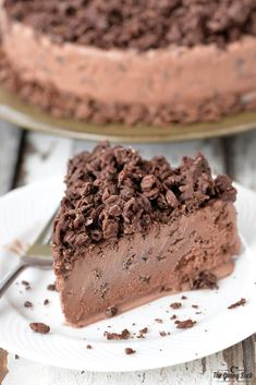 A Chocolate Ice Cream Cake with crunchy cereal is easy to make! Plus, you only need 4 ingredients for this chocolate crunch ice cream cake recipe. Diy Ice Cream Cake, Chocolate Ice Cream Cake, Ice Cream Pies, Ice Cream Desserts, Ice Cream Recipes, Chocolate Desserts, Chocolate Crunch Cake Recipe, Cold Desserts, Frozen Desserts