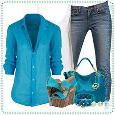 Blusa y plataformas azules
