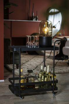 Zwart is altijd een goed idee in vele interieurs. Deze stoere Maverick tafellamp geeft jouw woning een extra stoere touch. De lamp staat mooi in een open kast of op een bijzettafel, zoals te zien op deze foto. Op zoek naar industriële items? Neem zeker een kijkje op onze website: www.dehoutenkruik.be Swing Arm Wall Lamps, Swing Arm Floor Lamp, Linear Lighting, Home Lighting, Spotlight Floor Lamp, Wood Arch, Traditional Table Lamps, Tree Floor Lamp, Tripod Table Lamp