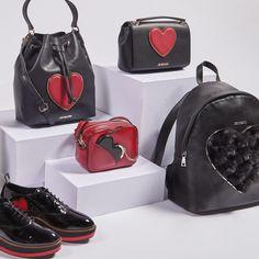 """""""We heart LOVE MOSCHINO!"""": Das italienische Label ist für feminine, ausgefallene Designs bei Taschen und Schuhen bekannt. Die """"Heart""""-Kollektion für den Herbst/Winter 2016 kommt im signalstarken Farbduo Rot & Schwarz daher und wartet mit verspielten Details auf."""