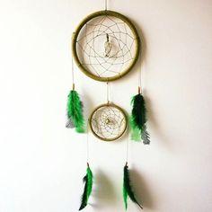 Os Filtros de Sonhos se originaram com o povo Ojibwe, que teciam essas redes mágicas a partir de aros em ramos da árvore de salgueiro e tendões. O arco representa a viagem de giizis, o sol, através do céu. À noite, o buraco no centro deixa somente sonhos bons, bawedjige, passarem. Sonhos ruins, Bawedjigewin, ficam presos na rede, e se dissipam com os primeiros raios do sol. <br> <br>A cor verde representa a mãe terra, portanto está ligada ao crescimento terreno. Reflete participação…