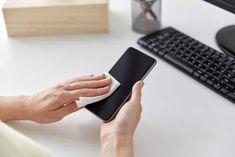 Para limpiar la pantalla del móvil puede pasarle una toallita desinfectante o frotarlo en los jeans o camisa, pero eso realmente no limpiará la pantalla...