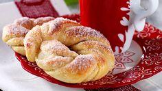 Mjuka vaniljsmakande kringlor med socker på toppen! Här är receptet som räcker till hela 60 stycken. Blir det något över efter fikat är det bara att frysa och ta fram efter hand.