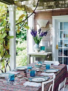 On the terrace, the table is covered with a 19th-century Indian block-print textile and set with 19th-century Spode Burmah plates, 18th-century Saint-Cloud porcelain-handled knives and Lebanese glassware. (Photo: Simon Watson)
