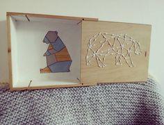 Custo d'une caisse à vin. Broderie sur bois et peinture façon origami par le bazar de milipuce