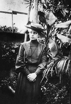 Lise Meitner - The Mother of Nuclear Power overlooked by the Nobel Committee for being born a woman. She is also the only other female scientist (besides Marie Curie) to have an element (Meitnerium). Marie Curie, Margaret Hamilton, Great Women, Amazing Women, Amazing People, Belle Epoque, Lise Meitner, Bomba Nuclear, University Of Vienna
