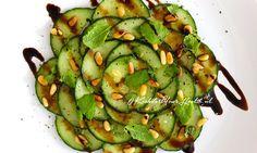 Deze vegan komkommer carpaccio met munt maak je eenvoudig en snel met maar 4 basis ingrediënten. Een gezond voorgerecht die de spijsvertering stimuleert!
