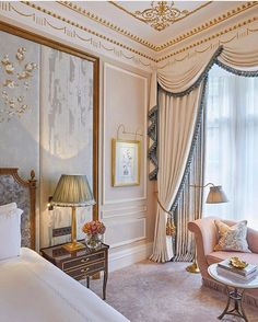The resplendent room celebrates London and Claridge's Victorian era and transports you to a bygone era. French Interior, Classic Interior, Luxury Interior Design, Home Room Design, House Design, Elegant Homes, Luxurious Bedrooms, Luxury Homes, Decoration