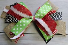 fabric bow tutorial How to make a bow the SUPER DUPER easy way! This tutorial is literally so simple,yet the bows are simply gorgeous. Learn how to make your own bow today! Diy Bow, Diy Ribbon, Ribbon Bows, Ribbon Crafts, Ribbon Flower, Ribbon Hair, Wreath Crafts, Fabric Flowers, Hair Ribbons