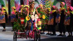 Quelle magnifique trouvaille! Chaque délégation défilant dans le stade Maracana était guidée par un tricycle recouvert de plantes exotiques dans une ambiance de carnaval «écolo».