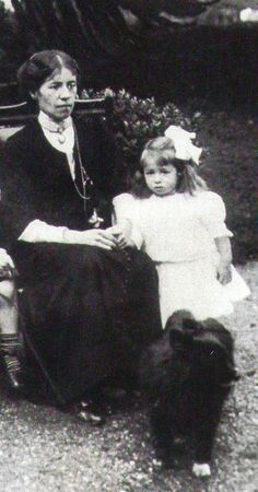 Millvina Dean - shown here with her mother Millvina Dean was the youngest of all passengers on the Titanic. She was nine weeks old and survived the disaster with her mother and 23 month old brother. Millvina was also the last surviving passenger, dying in Titanic Photos, Real Titanic, Titanic History, Titanic Ship, Titanic Wreck, Ancient History, Old Pictures, Old Photos, Vintage Photos