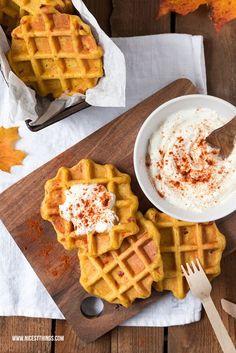 Ein Rezept für herzhafte Kürbis Waffeln mit Speckwürfeln und Feta Dip, perfekt fürs Herbstpicknick