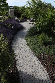 Das ARENA-Pflastersystem verleiht mit seinen organischen Formen Geh- und Gartenwegen, Höfen, Plätzen und Garageneinfahrten einen ganz eigenen, natürlichen Charme. Dabei harmonieren die ungewöhnlichen Pflasterbeläge mit einem historisch geprägten Umfeld, überzeugen aber auch als Gegenpart zu sachlicher Architektur. Sidewalk, Book, Glamour, Organic Shapes, Paving Stones, Garden Path, Natural Stones, Home And Garden, Architecture